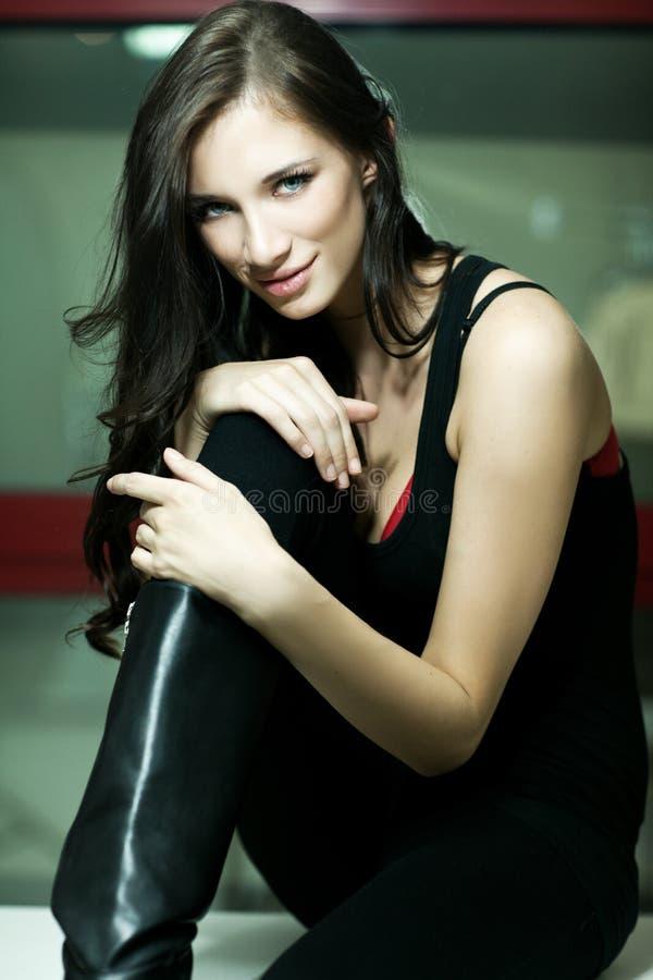 Portrait der lächelnden reizend jungen Frau lizenzfreies stockbild