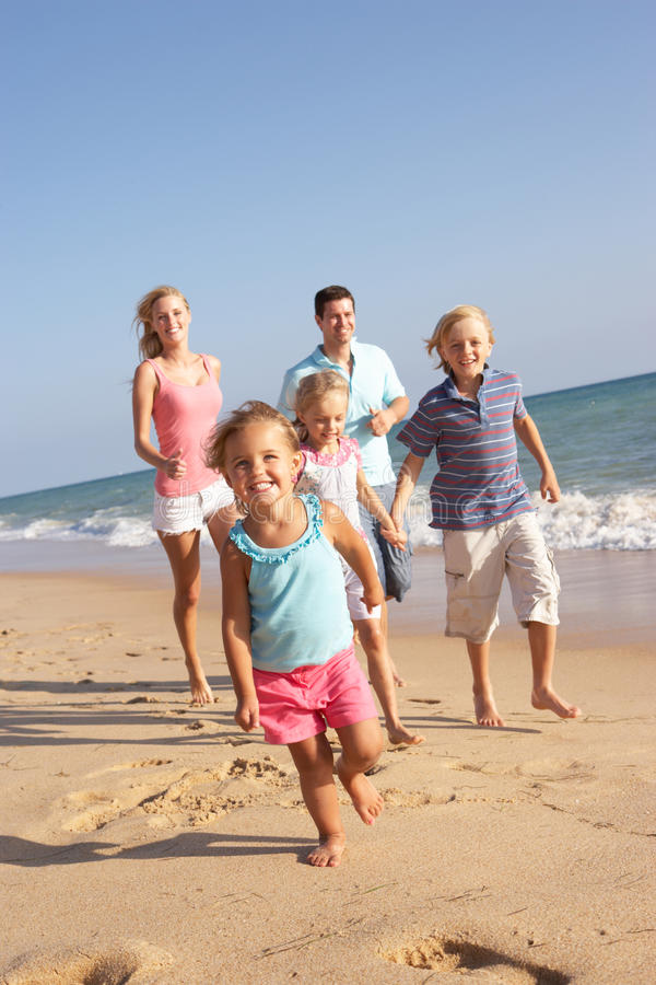 Portrait der laufenden Familie auf Strand lizenzfreie stockfotos