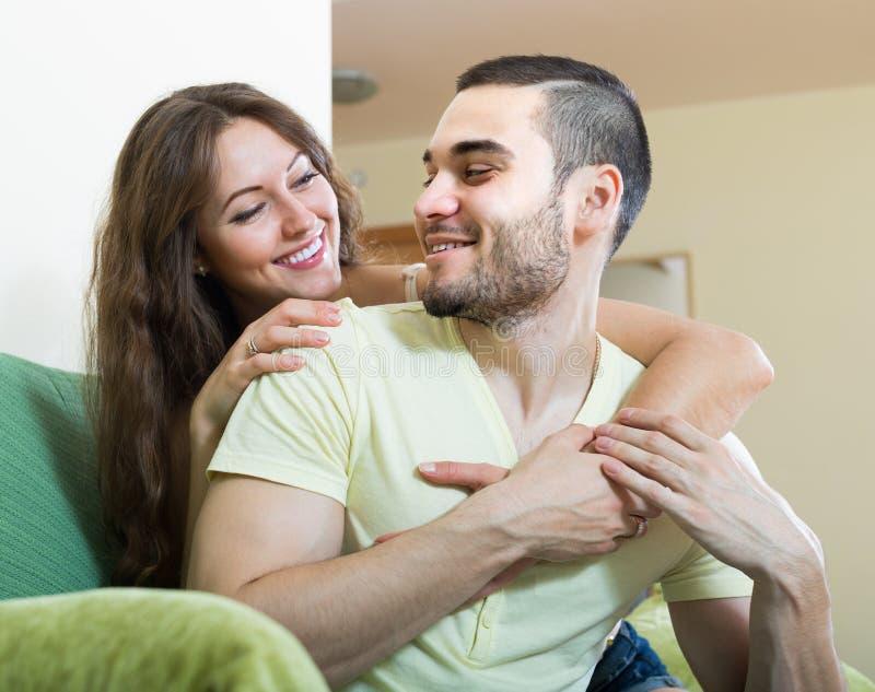 Portrait der liebevollen jungen Paare lizenzfreie stockfotografie