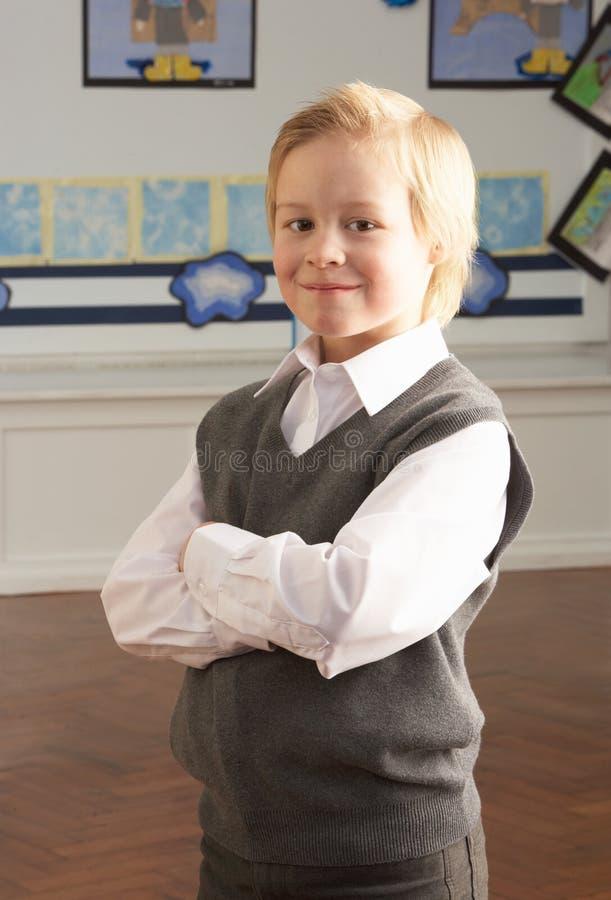 Portrait der männlichen Primärschule-Pupille, die innen steht lizenzfreies stockfoto