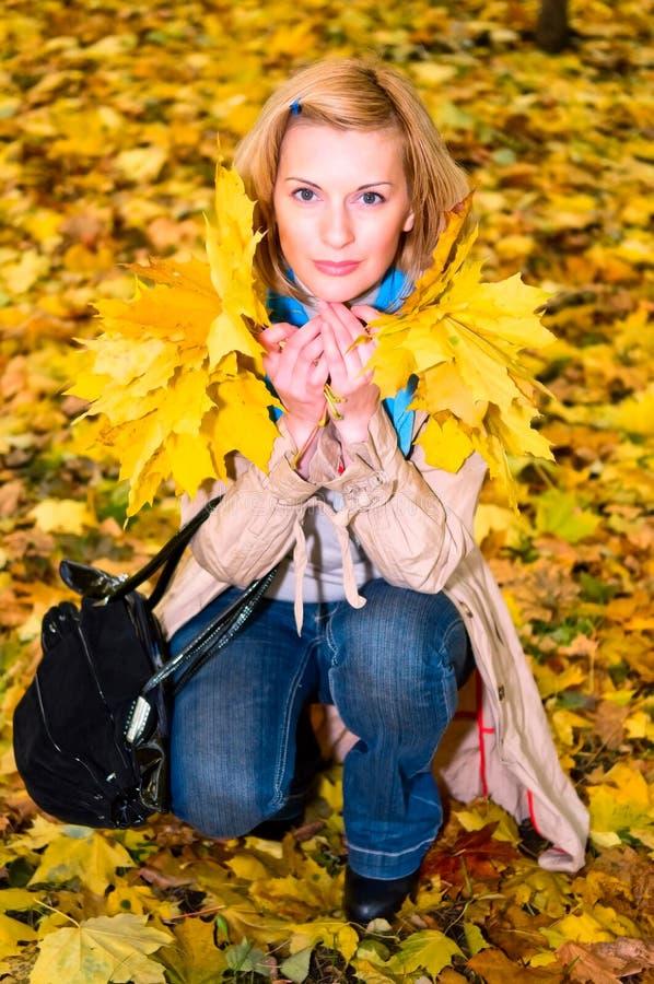 Portrait der mittleren erwachsenen Frau stockbild