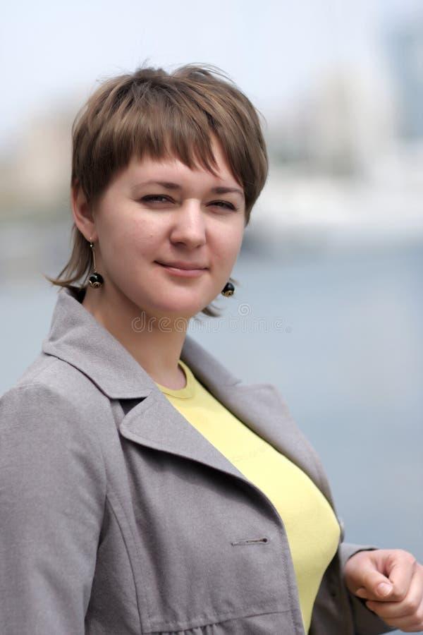 Portrait der mittleren erwachsenen Frau stockfoto