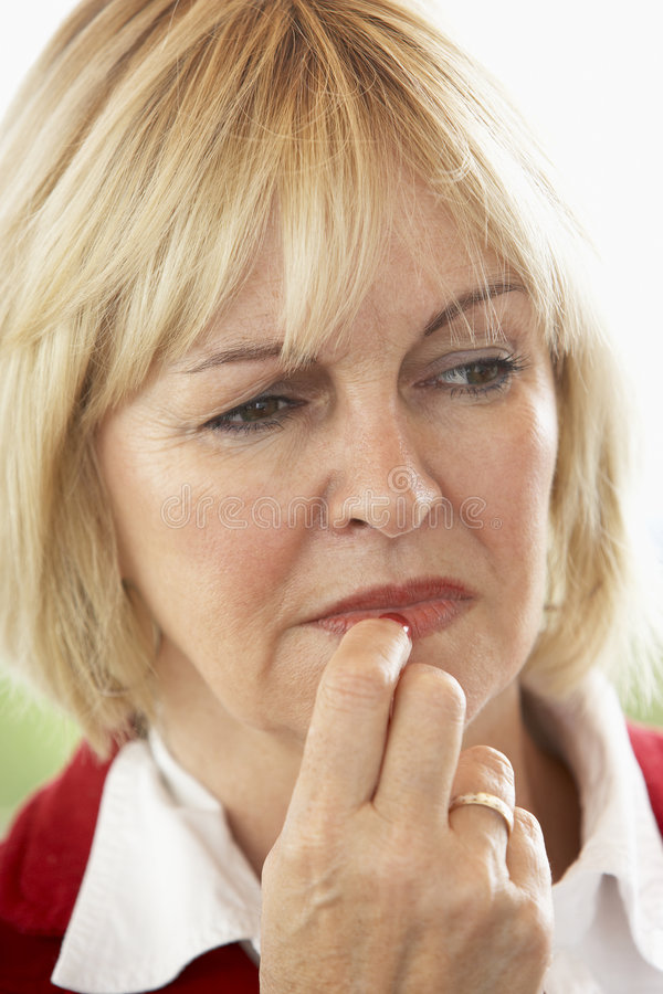 Portrait der mittleren gealterten die Stirn runzelnden Frau stockfoto