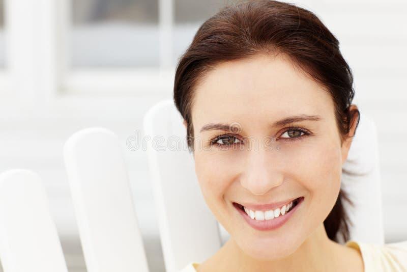 Portrait der mittleren gealterten Frau draußen stockfotografie
