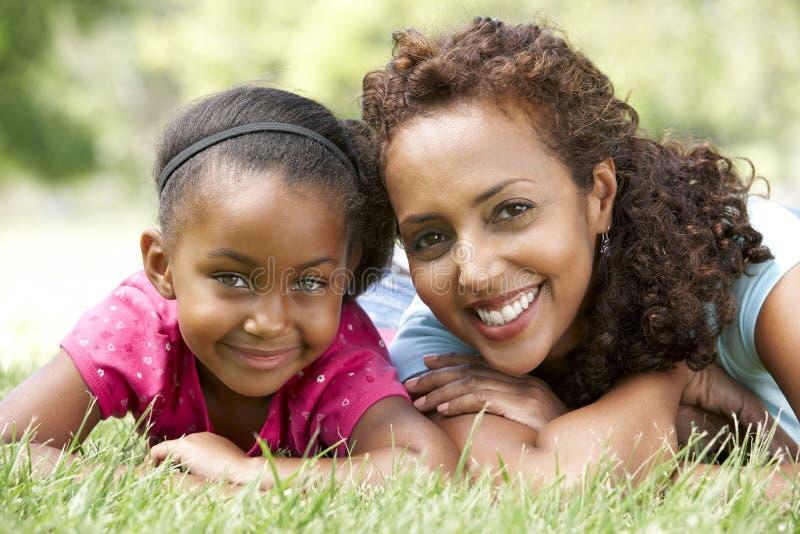 Portrait der Mutter und der Tochter im Park lizenzfreie stockbilder