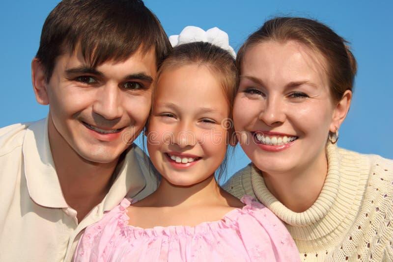 Portrait der Muttergesellschaft und der Tochter gegen Himmel lizenzfreie stockbilder