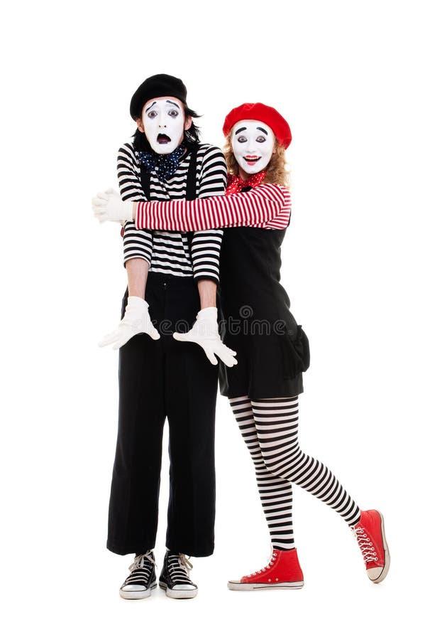 Portrait der Pantomimen. umfassenmann der glücklichen Frau lizenzfreies stockfoto