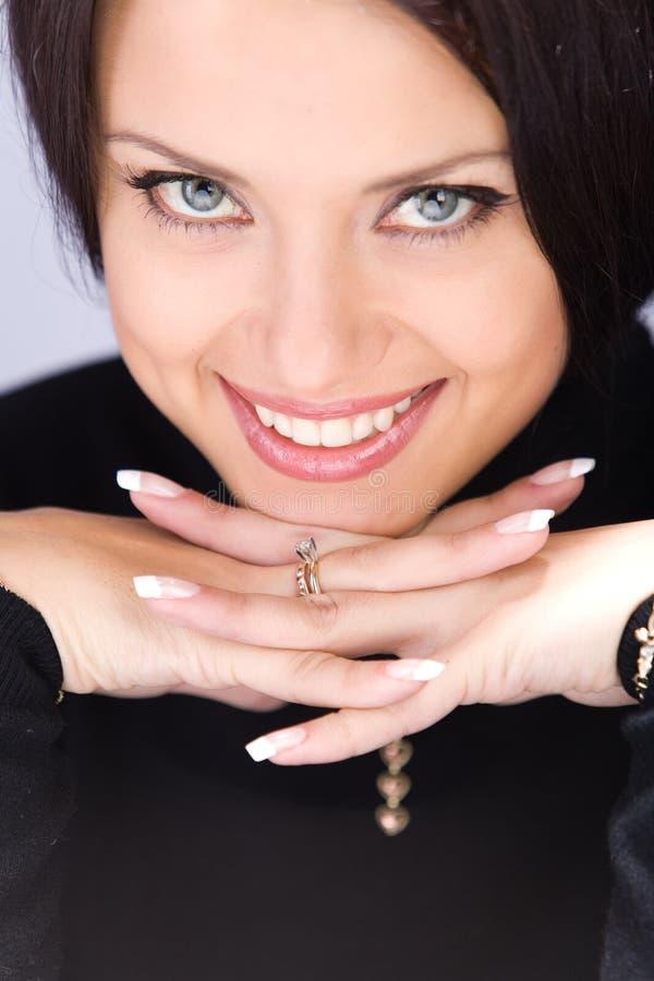 Portrait der recht flirtenden jungen Frau stockfotos