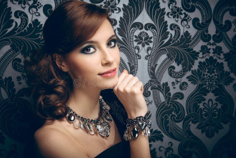 Portrait der recht jungen Frau lizenzfreies stockbild
