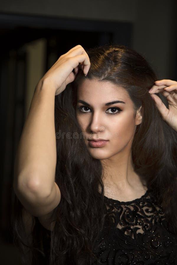 Portrait der recht jungen Frau stockfoto