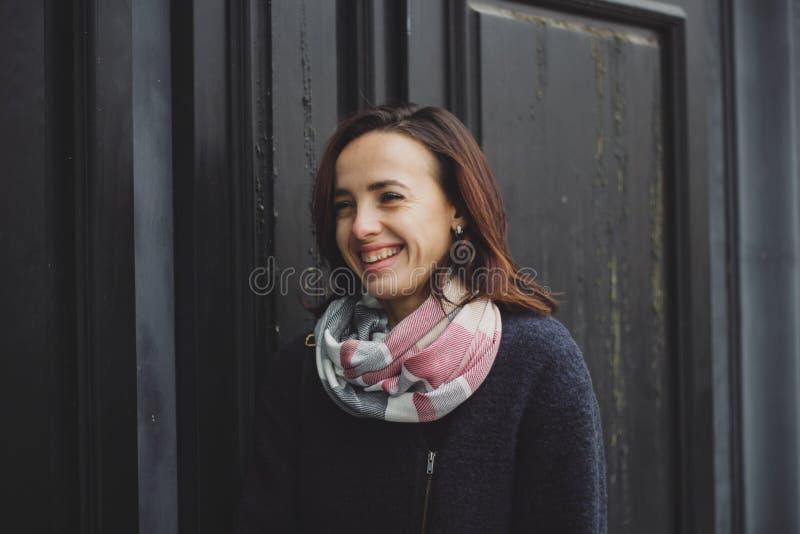 Portrait der recht lächelnden jungen Frau lizenzfreie stockfotos