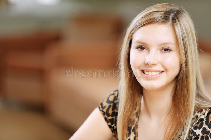 Portrait der reizend jungen Frau stockfotos