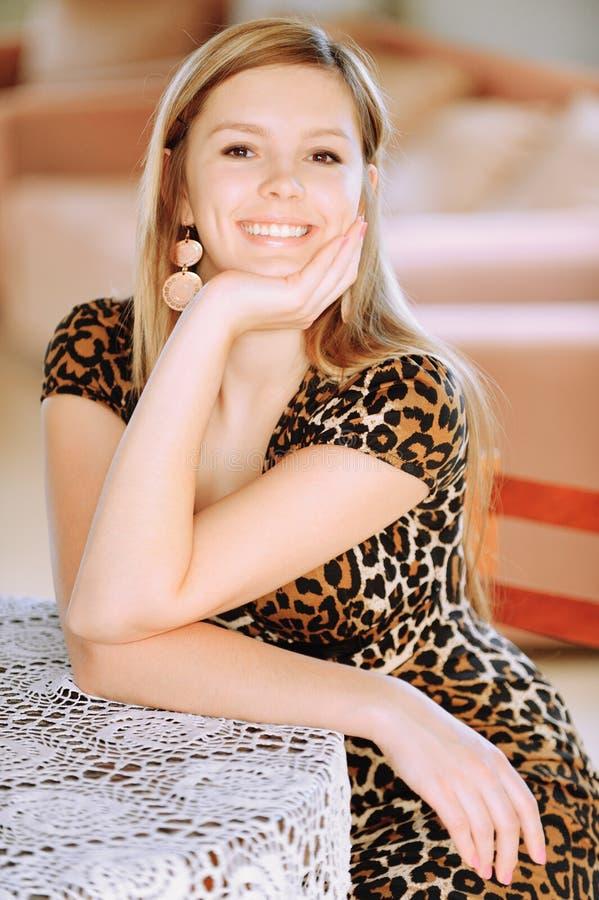 Portrait der reizend jungen Frau stockfotografie
