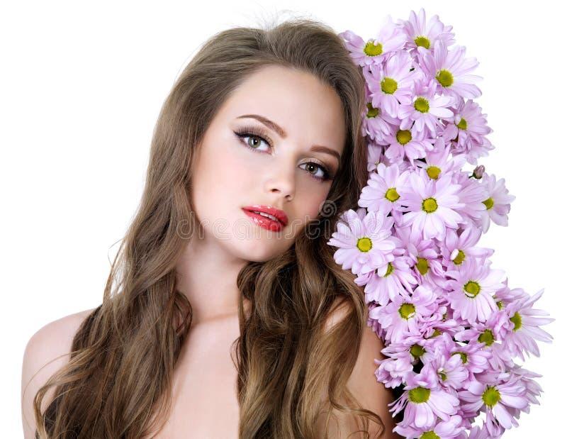 Portrait der reizvollen Frau mit Blumen stockfoto
