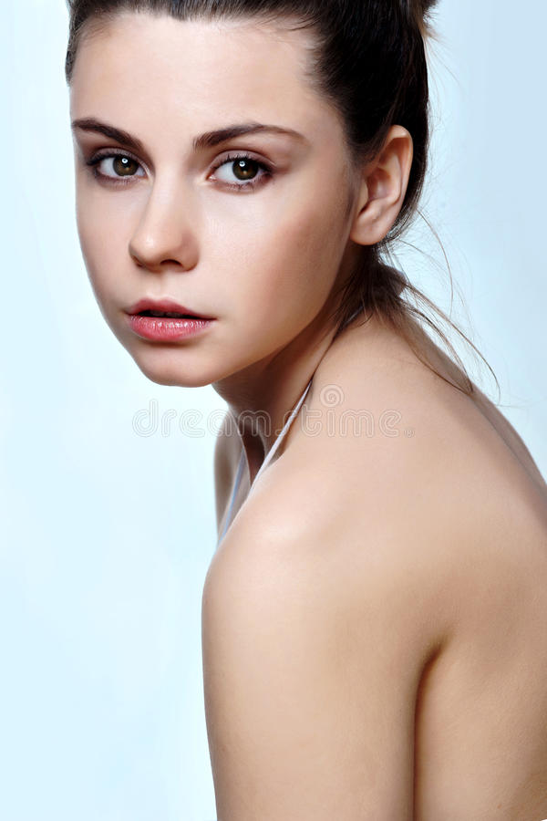 Portrait der reizvollen kaukasischen jungen Frau lizenzfreies stockbild