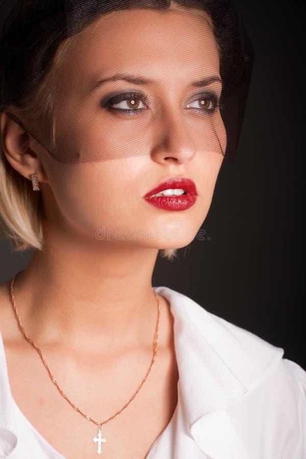 Portrait der Retro-art Frau im schwarzen Schleier lizenzfreies stockbild