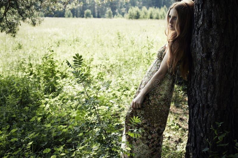 Portrait der romantischen Frau am feenhaften Wald stockbild