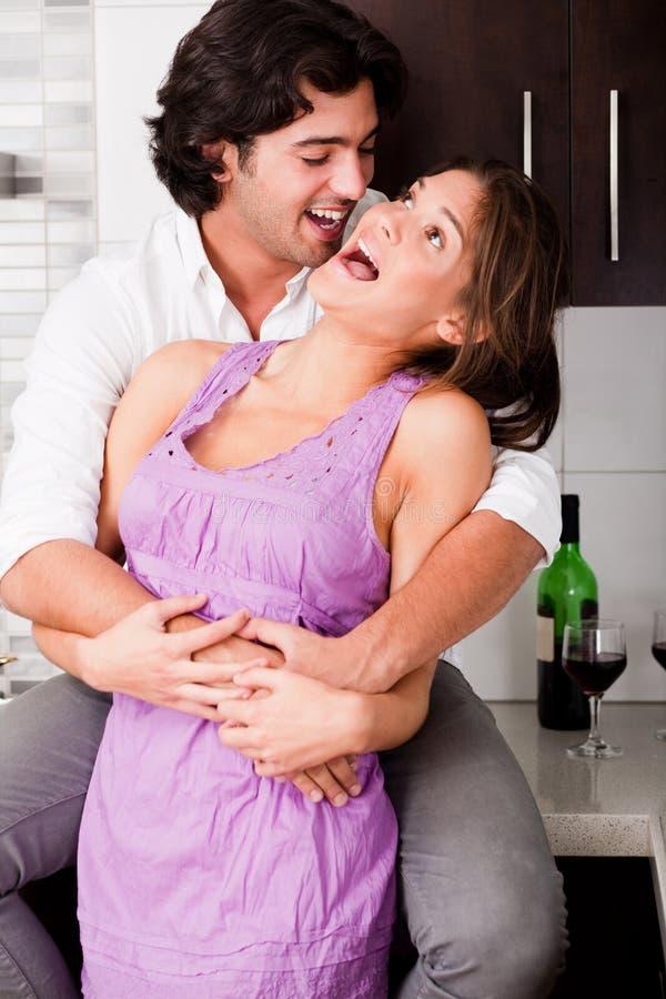 Portrait der romantischen jungen Paarumfassung lizenzfreies stockbild