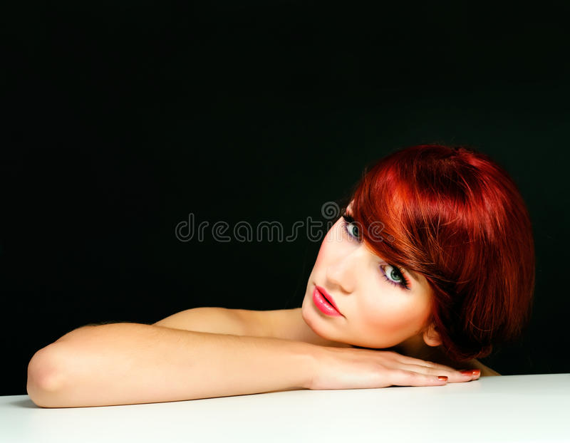 Portrait der roten Haarfrau der attraktiven Schönheit lizenzfreies stockbild