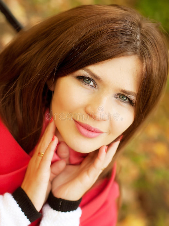 Portrait der schönen bezaubernden lächelnden Frau lizenzfreies stockfoto