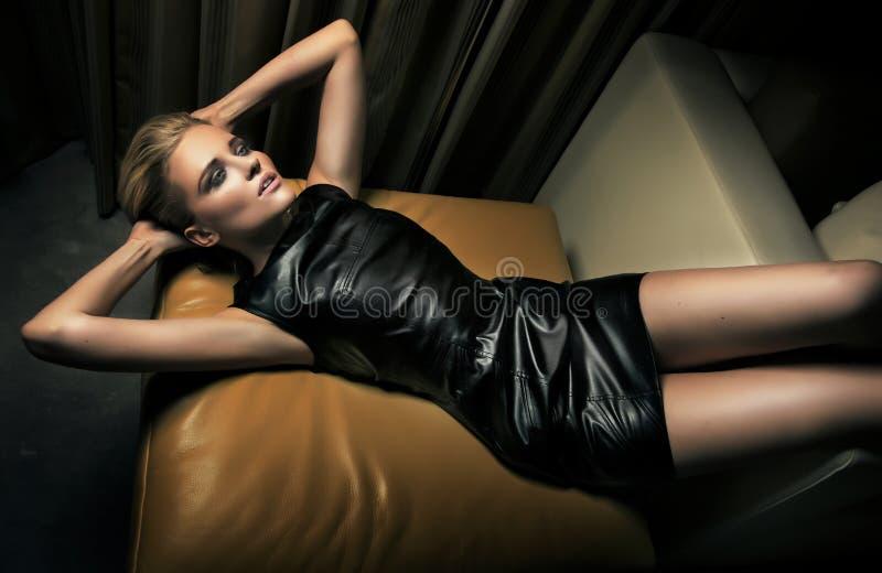 Portrait der schönen blonden Frau lizenzfreie stockfotografie