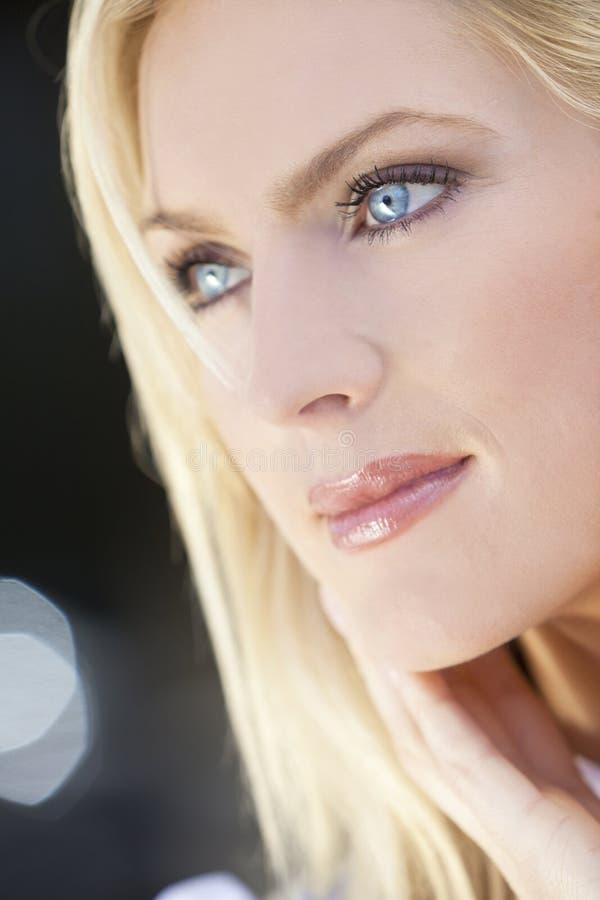 Portrait der schönen blonden Frau mit blauen Augen stockfoto
