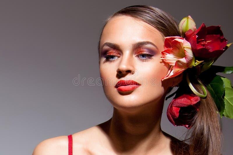 Portrait der schönen Blondine mit Blumen stockfoto