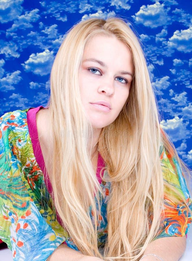 Portrait der schönen blondy Art und Weisefrau lizenzfreie stockfotografie