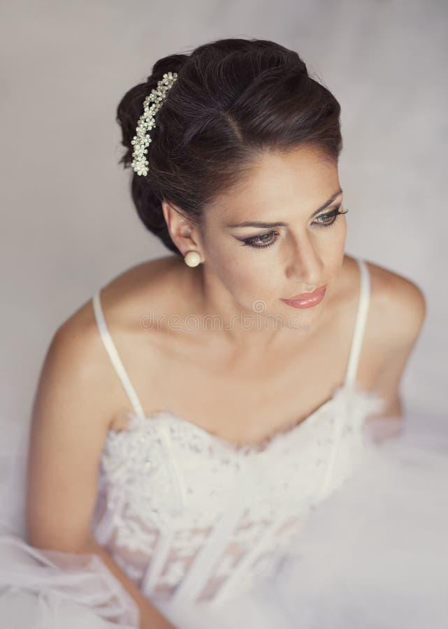 Portrait der schönen Braut Hochzeitskleid und -dekoration stockbild