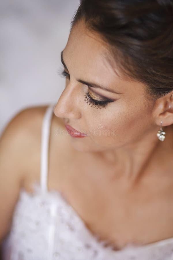 Portrait der schönen Braut im Hochzeitskleid lizenzfreie stockfotografie