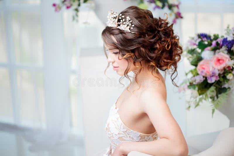 Portrait der schönen Braut im Hochzeitskleid stockfoto