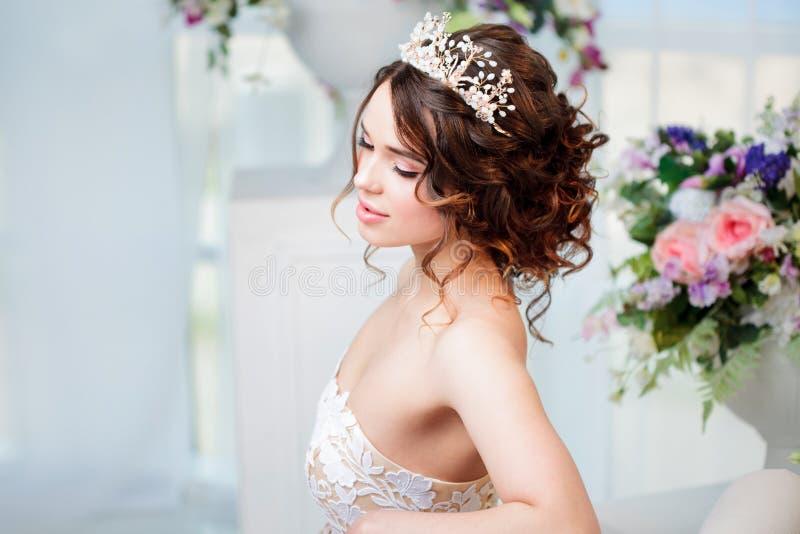 Portrait der schönen Braut im Hochzeitskleid stockbilder