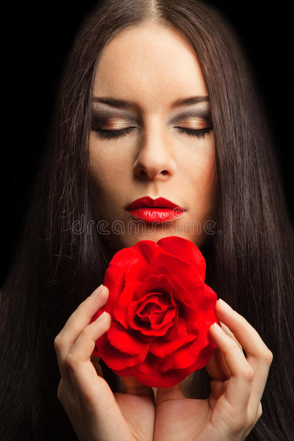 Portrait der schönen Brunettefrau mit Rot stieg lizenzfreie stockfotografie