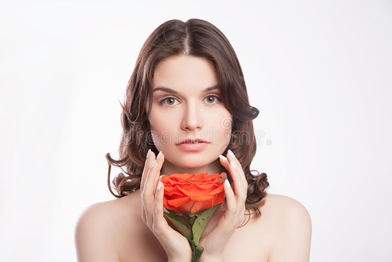 Portrait der schönen Brunettefrau mit Rot stieg stockfotos