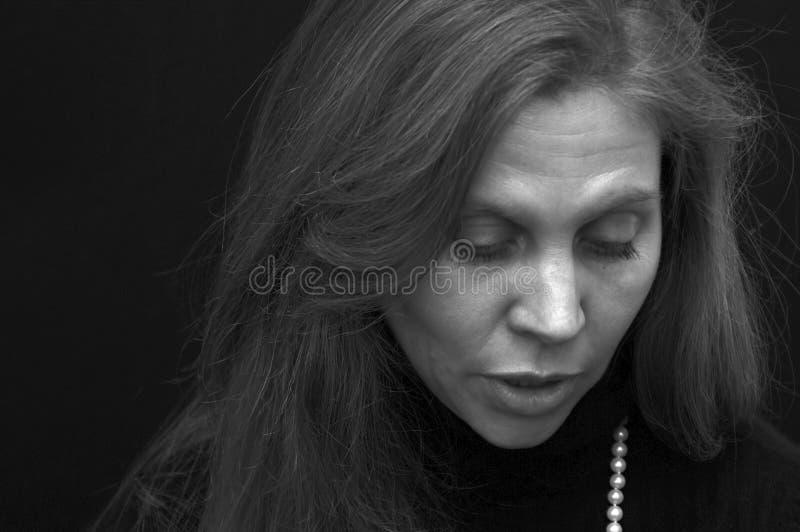 Portrait der schönen Dame schauend hinunter innen sprechen lizenzfreie stockfotografie