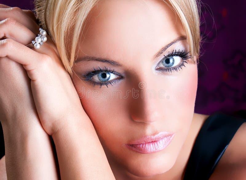 Portrait der schönen erwachsenen Frau mit blauen Augen lizenzfreie stockfotografie