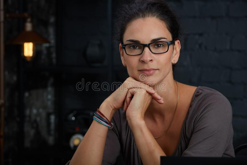Portrait der schönen fälligen Frau lizenzfreies stockbild