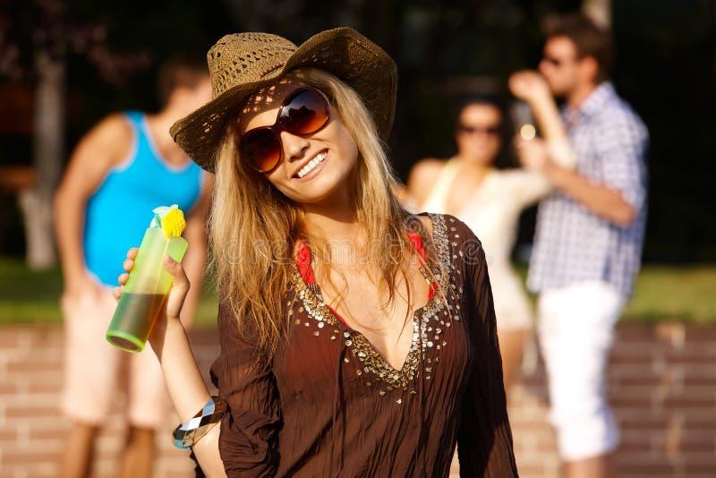 Portrait der schönen Frau an der Sommerzeit stockbilder