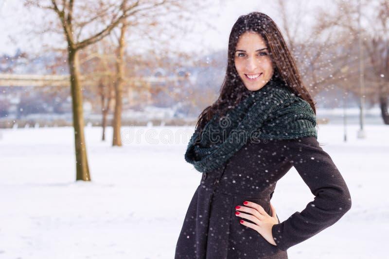 Portrait der schönen Frau draußen stockbilder