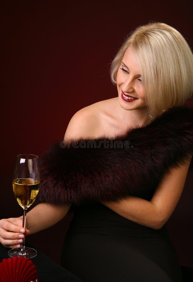 Portrait der schönen Frau mit Glaschampagner stockfotos