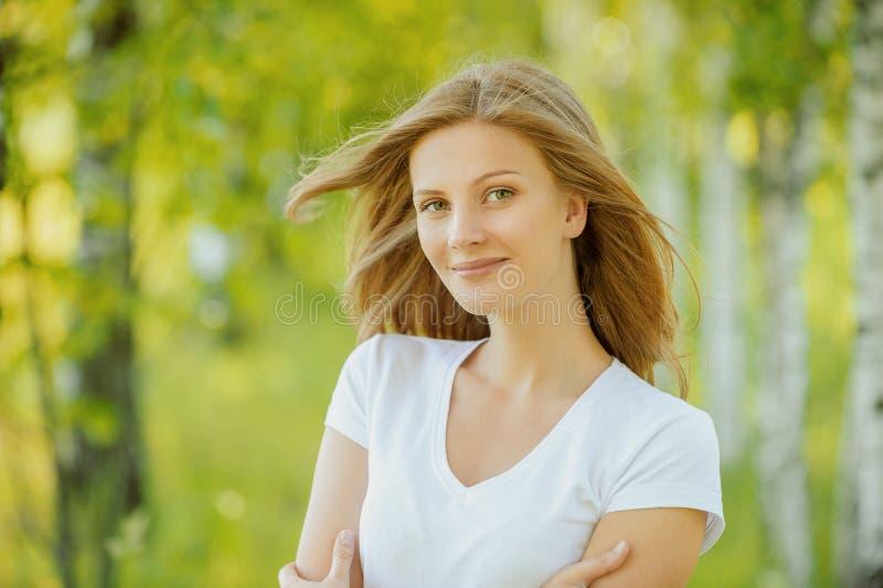 Portrait der schönen jungen Frau stockbilder
