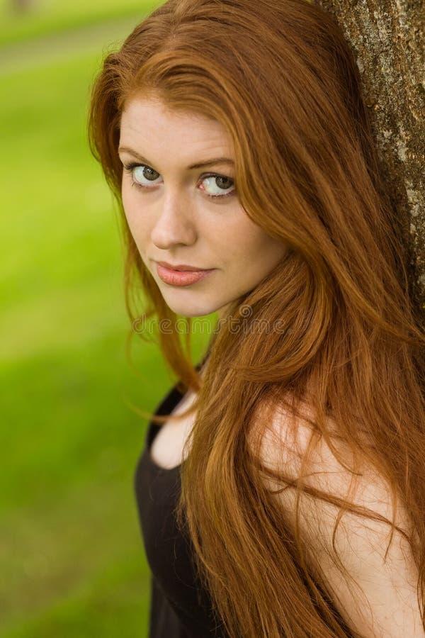Portrait der schönen jungen Frau im Park lizenzfreie stockfotografie