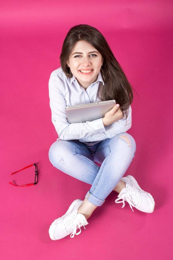 Portrait der schönen jungen lächelnden Frau lizenzfreie stockfotografie