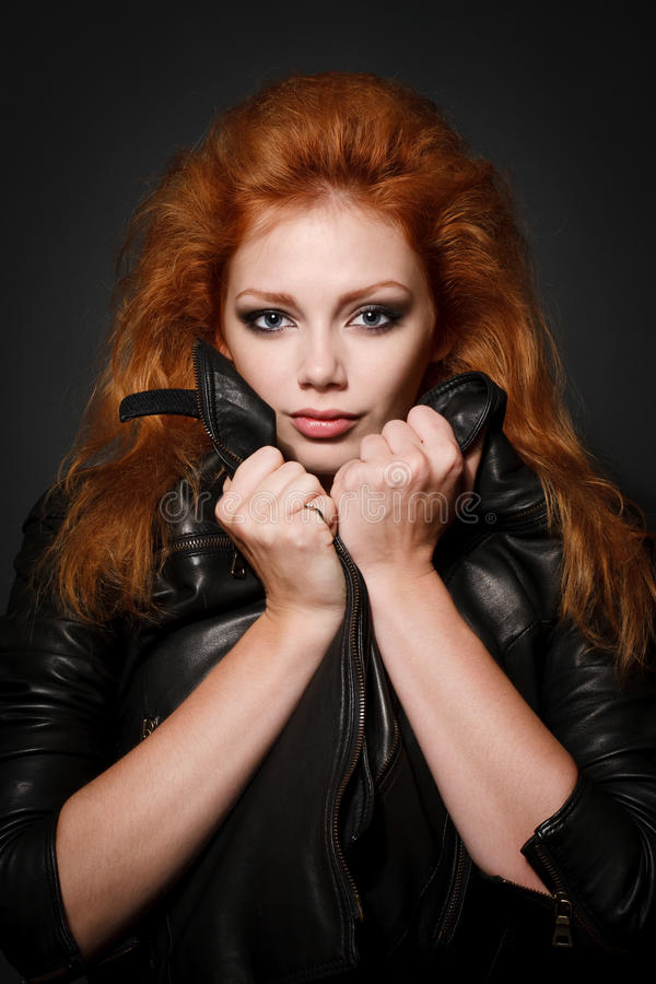 Portrait der schönen jungen Redheadfrau lizenzfreies stockbild