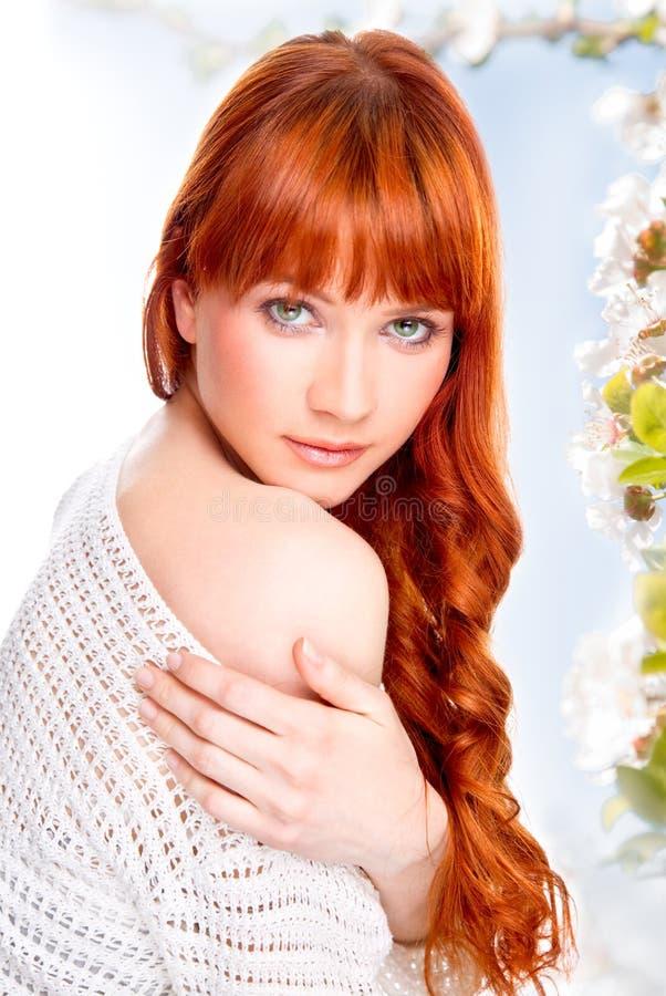 Portrait der schönen kaukasischen jungen Frau lizenzfreie stockbilder
