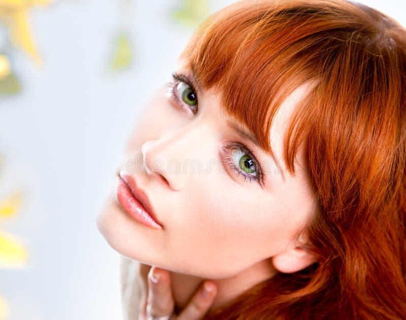 Portrait der schönen kaukasischen jungen Frau stockbild