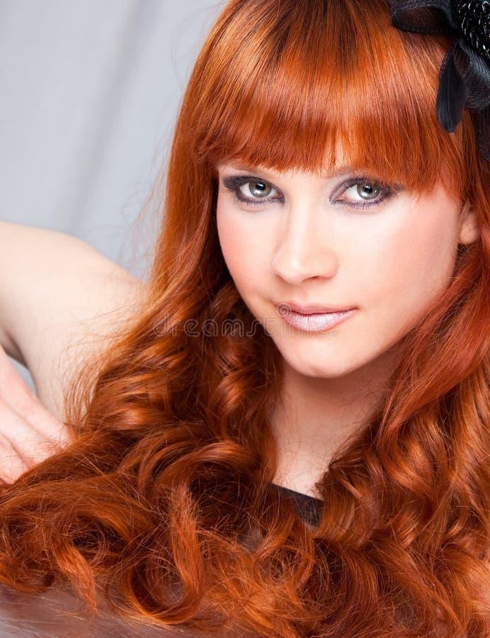 Portrait der schönen kaukasischen jungen Frau lizenzfreies stockfoto