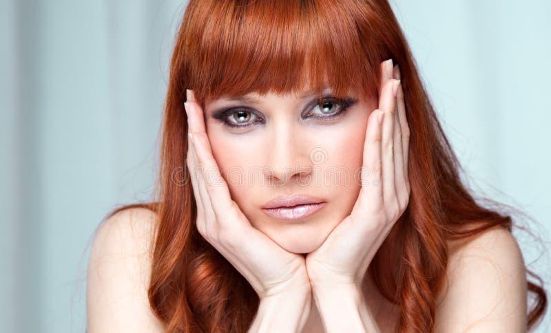 Portrait der schönen kaukasischen jungen Frau stockbilder