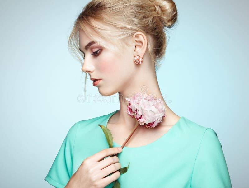 Portrait der schönen sinnlichen Frau mit eleganter Frisur stockfotos