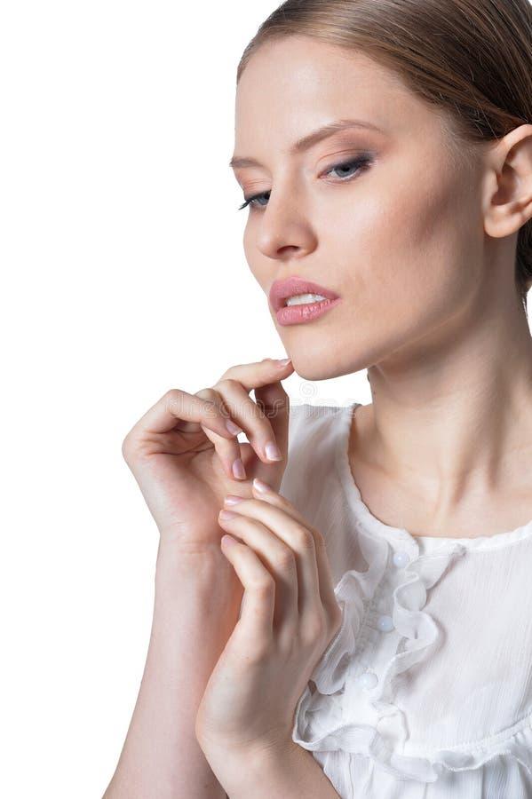 Portrait der sch?nen jungen Frau getrennt auf wei?em Hintergrund lizenzfreie stockfotografie